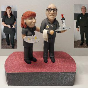 Escultura personalizada para regalo original en boda. Parador Nacional - camareros - siendo una figura profesional