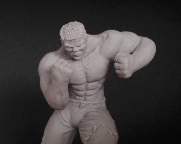 Escultura en miniatura del superhéroe Hulk