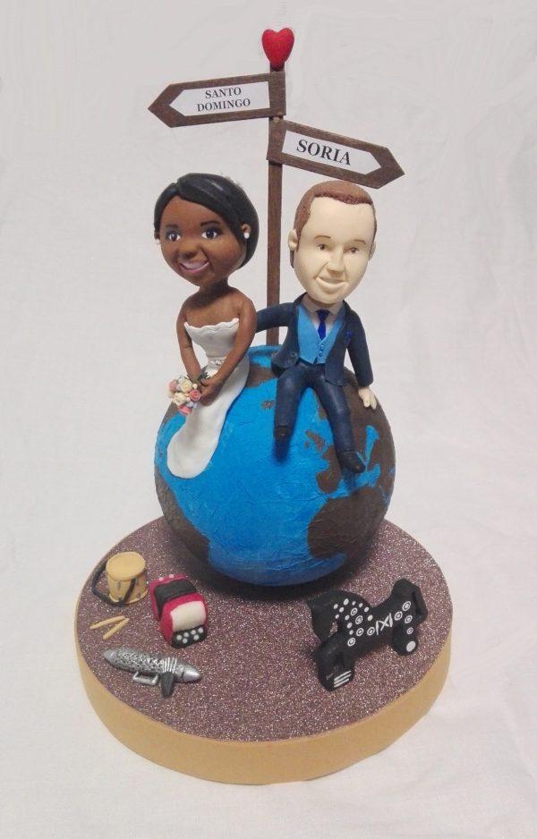 Figura personalizada sobre tarta de boda