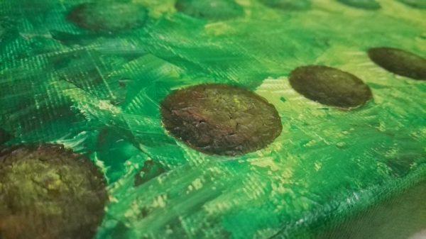 Detalles de la textura de las esferas del cuadro pintado en verde con acrilico sobre lienzo, representando la familia y amigos de la misma