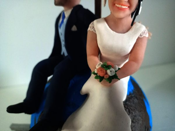Escultura pareja tarta boda novios sobre bola del mundo