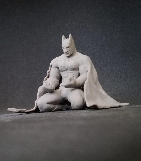 Escultura en miniatura del superhéroe Batman.