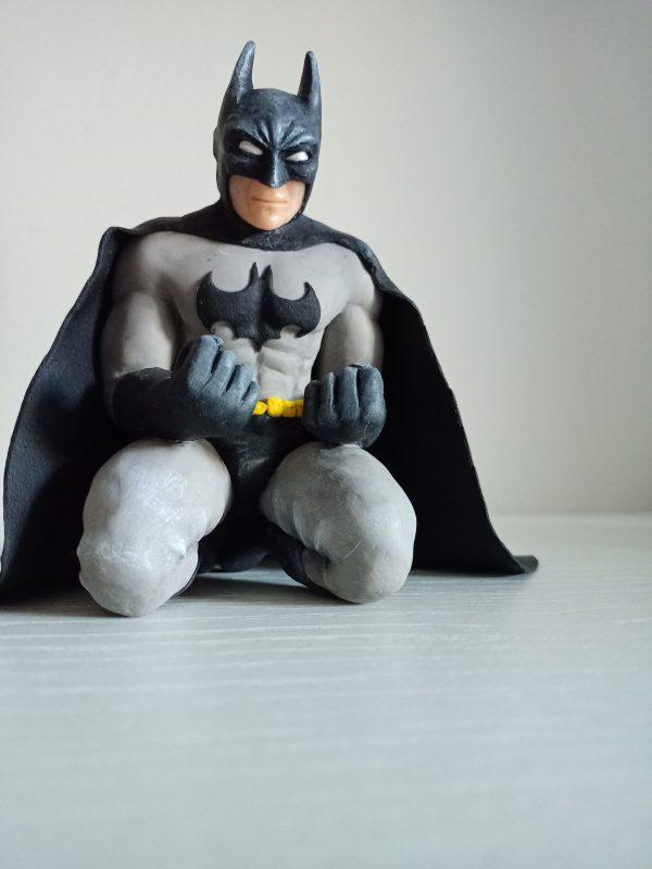 Batman arrodillado arcilla polimerica